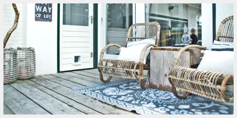 Rotan lounge stoel op steigerhout veranda in avenhorn ibiza outdoor - Woonkamer rotan voor veranda ...
