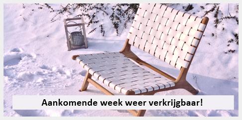 Lounge stoel wit leer in de sneeuw