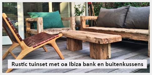 Robuuste salontafel, buitenkussens en loungestoel als buitenset in achtertuin Haarlem