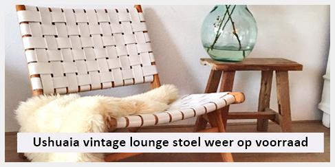 vintage lounge stoel en oud houten krukje in woonkamer valkenburg