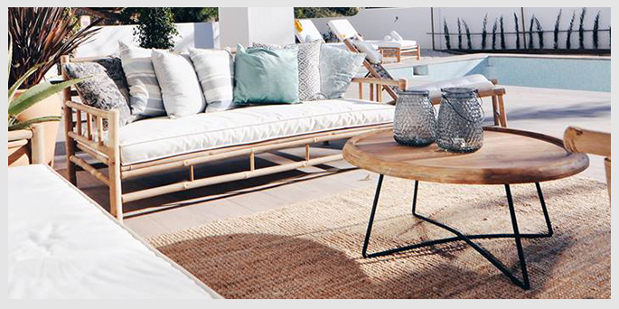 Bamboe lounge bank bij spaanse villa