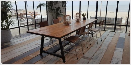Teakhouten tafel met ijzeren onderstel bij restaurant Tulum in noordwijk