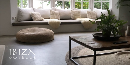 salontafel in woonkamer naast ibiza pouf