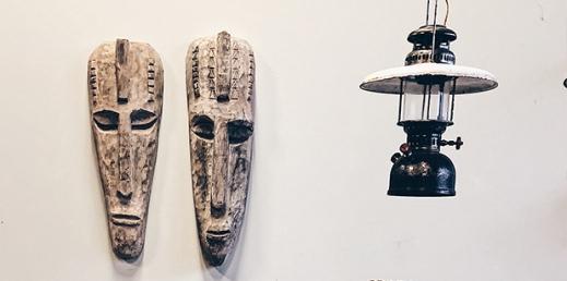 houten stoere maskers op muur