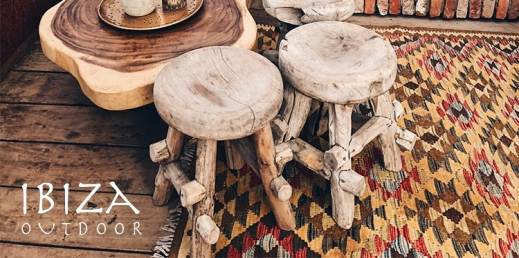 Ibiza krukjes bij ronde salontafel op vintage kleed