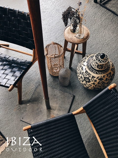 Diverse vintage loungestoelen voor Ibiza sfeer