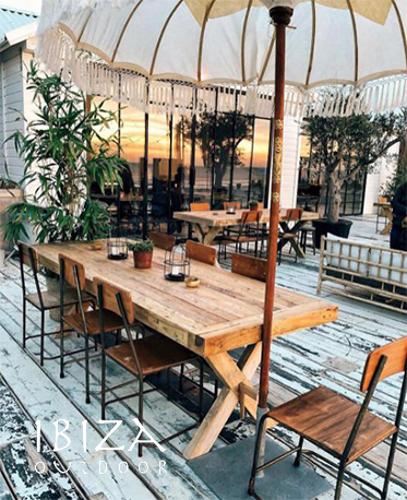 Foto van teakhouten eetkamertafel bij beachhouse in Noordwijk