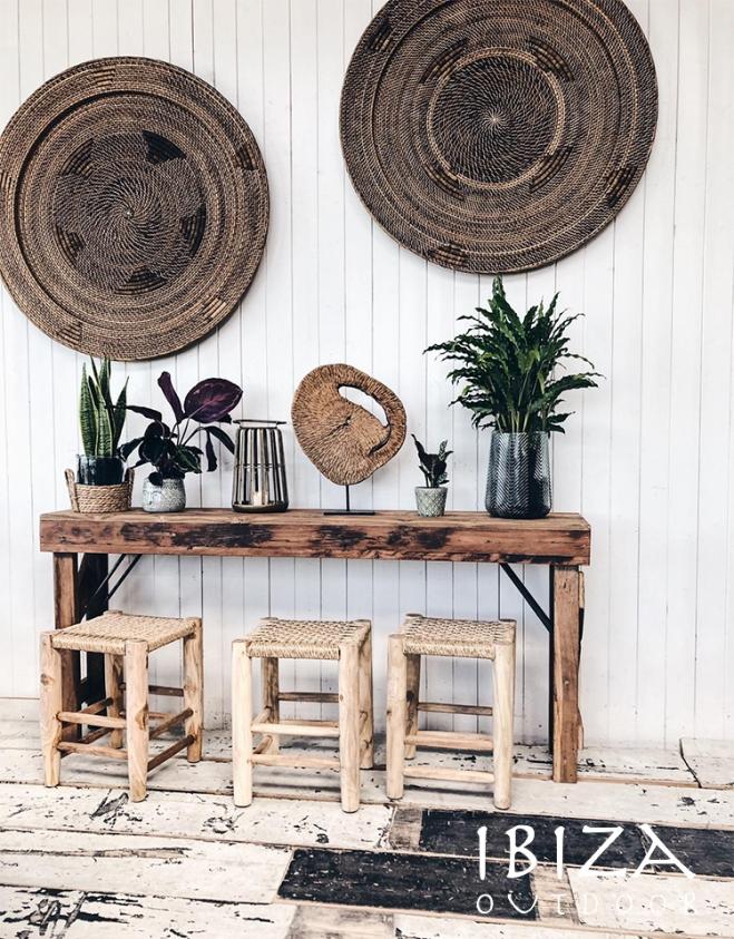 Robuuste bijzettafel met krukjes en wand decoratie ibiza outdoor