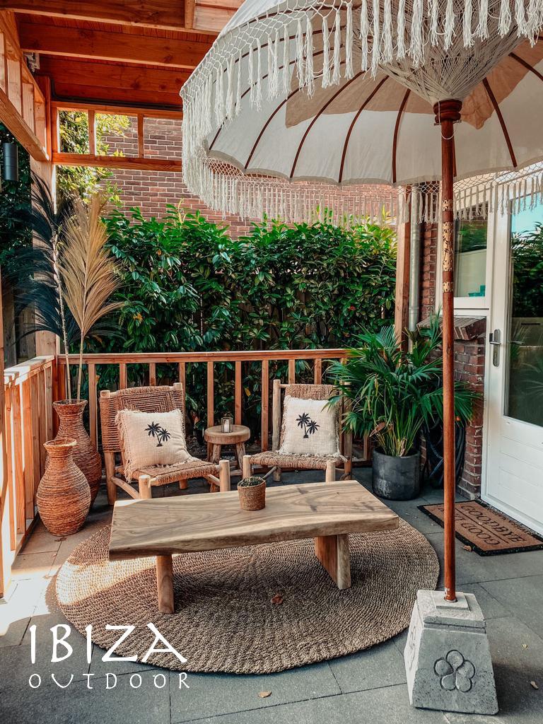 Rechthoekige salontafel gemaakt van grof en onbewerkt teakhout. Super mooi voor binnen en buiten.